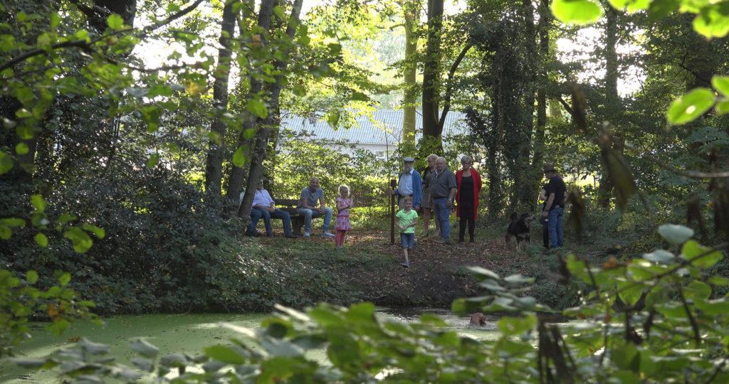 TOLAD-verstrooien-wandeling-familie-in-bos